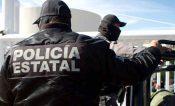 Rosa Hilda Leija cuelga la placa en la Policía Estatal