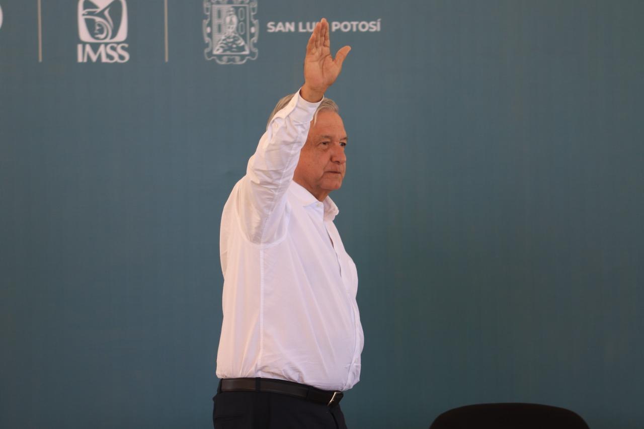 AMLO siembra ceiba tropical en Palacio Nacional
